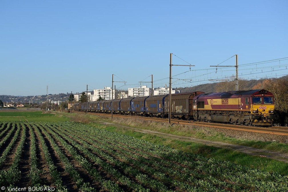 Class 66208 at Beynost.